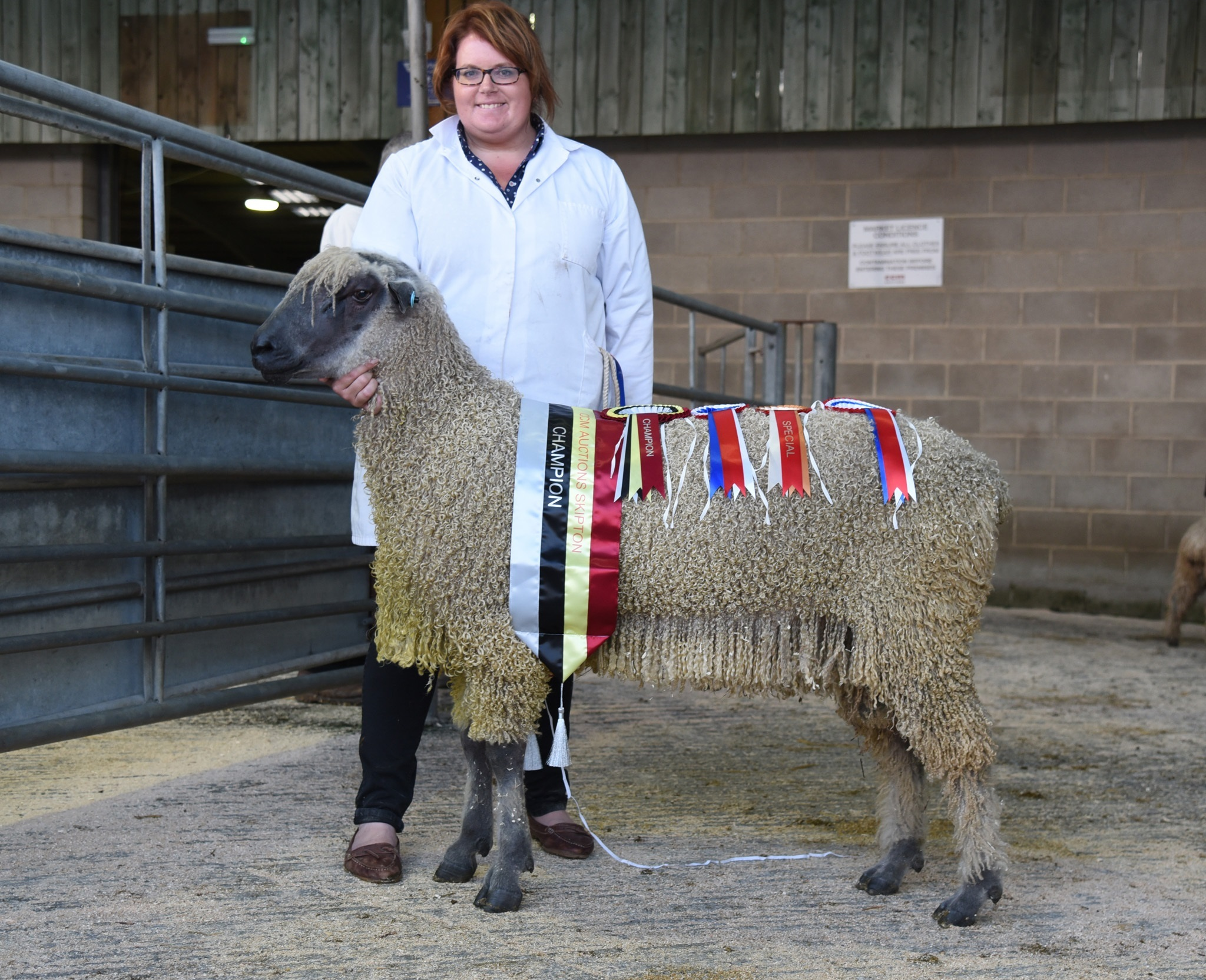 Anna Pennell with the 2018 Skipton Wensleydale supreme champion – Picture: Adrian Legge Photography
