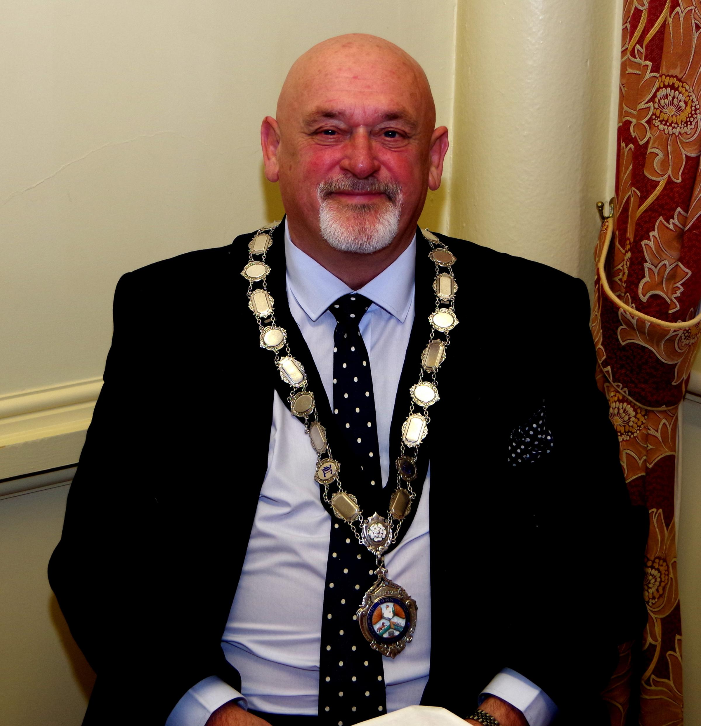 Councillor Barry Hunt wearing the Loftus Mayoral chain.